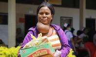 500 người dân Lào được bác sĩ Việt Nam khám bệnh, tặng quà