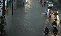 Mưa như đổ nước, Sài Gòn ngập lút bánh xe