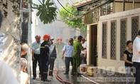 Cháy nhà trong hẻm sâu ở Sài Gòn, lính cứu hỏa vất vả dập lửa