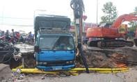 Mưa lớn cuốn xe tải trên đường xuống hố công trình