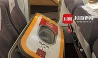 Hành khách bật cửa máy bay để 'hít thở khí trời'