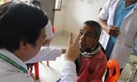 Bác sĩ Sài Gòn vượt ngàn cây số khám bệnh cho người nghèo Lào