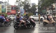 CSGT giúp dân vượt qua đường ngập do mưa lớn