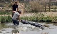 Đánh nhau với cá sấu dài 4,5m để cứu con trai