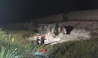 Trắng đêm cứu hộ đoàn tàu bị lật khiến 12 người thương vong