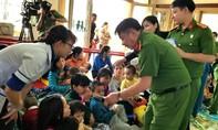 Tặng quà cho trẻ em khuyết tật tại Lâm Đồng