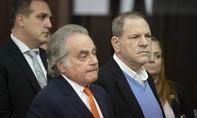 Dính bê bối tình dục, Harvey Weinstein vẫn 'vui vẻ' hầu tòa