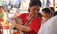 Phụ nữ Lào địu con hàng chục cây số để được khám bệnh