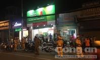 Camera ghi cảnh hai tên cướp đâm bị thương 3 nhân viên ngân hàng truy bắt