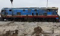 Đầu máy tàu hỏa trong tai nạn thảm khốc được cẩu lên đường ray