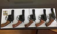 Bắt kẻ sản xuất súng đạn chuyên nghiệp bán ra thị trường