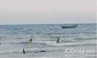 Ngư dân cứu cá voi dạt vào bờ biển
