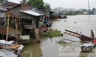 Sà lan chở 1.200 tấn hàng tông sập 5 nhà dân, nhiều người rớt xuống sông