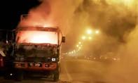 Xe tải cháy ngùn ngụt, 3 người nhanh trí thoát thân