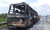 Xe giường nằm chở gần 20 người cháy rụi trên cao tốc