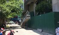 Thang công trình cao ốc rơi đè 2 người bị thương