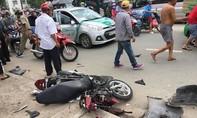 """Ôtô """"điên"""" tông nát xe máy, 2 người thoát chết"""