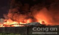 Công ty chứa cả ngàn tấn giấy ở Sài Gòn cháy dữ dội hơn 3 giờ đồng hồ