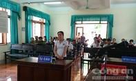 Hắt tiết lợn vào chủ tịch huyện, nữ tiểu thương lãnh 4 tháng tù