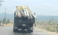 Kinh hãi xe tải chở đầy cột điện chỉ cột bằng dây nhựa