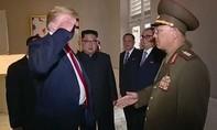 Tổng thống Mỹ bị chỉ trích vì chào kiểu nhà binh với tướng Triều Tiên