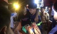 Cảnh sát cứu hộ dùng máy thủy lực giải cứu tài xế bị gãy chân