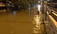 Có siêu máy bơm, đường Nguyễn Hữu Cảnh vẫn ngập thế này