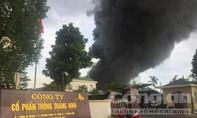 Cháy lớn ở công ty nhựa thông, khói lửa bao trùm