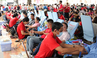 Hàng ngàn người dân Sài Gòn hiến máu cứu người