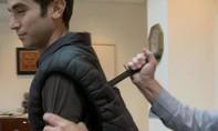Thanh niên thiệt mạng vì lấy dao thử áo giáp mới mua