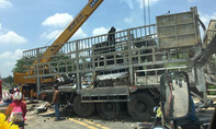 Xe tải rơi xuống cầu, phụ xe tử nạn trong cabin