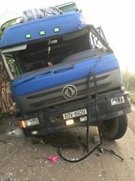 Hai xe tải va chạm mạnh lật nghiêng trên đường