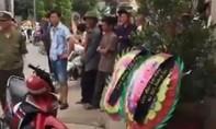 Mang vòng hoa, nhạc đám ma đến nhà trưởng công an xã đòi nợ
