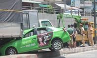 Tài xế xe taxi thoát nạn trong cabin xe biến dạng