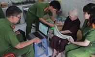 Công an TP.HCM đến nhà làm căn cước cho Mẹ VIệt Nam anh hùng