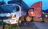 Xe container tông xe khách, xe tải rồi lật giữa đường