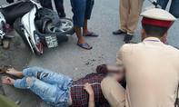 Cô gái bị tên cướp giật đạp ngã xe, bất tỉnh giữa đường