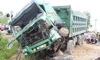 Tàu tông văng xe tải hạng nặng tại gác chắn, lái xe thoát chết thần kỳ