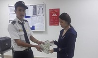 Nhặt được bóp tiền, bảo vệ siêu thị Vincom trả lại cho người đánh mất