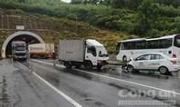 Xe tải tông taxi, 3 người nhập viện