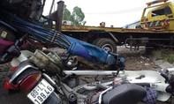 Tàu hỏa tông xe chở máy xúc gây ra tai nạn liên hoàn, 3 người nhập viện