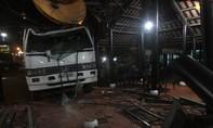 Xe tải tông sập nhà hàng, tài xế và bảo vệ thoát chết
