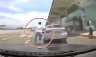 Mê 'biểu diễn', tài xế Hàn Quốc tông bay người lái taxi