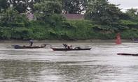 Trục vớt sà lan bị chìm sau tai nạn ở Sài Gòn