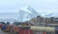 """Cả làng sơ tán vì...  """"núi"""" băng trôi"""
