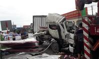 Xe đông lạnh vỡ nát sau cú tông xe container, 2 người thương vong