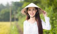 Phan Thị Mơ mặc áo bà ba, đội nón lá giản dị trong Tourims Video