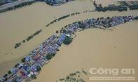 Dân Hà Nội khốn khổ trong cảnh chia cắt vì nước lũ