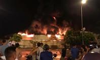 Cháy rực trời vụ hỏa hoạn từ công ty nhựa lan vào chợ trong đêm