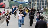 Quốc Cơ, Quốc Nghiệp gây ấn tượng khi chồng đầu trên đường phố Anh